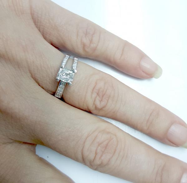 עיצובים של דיימונד ספינקס - טבעת אירוסין אי סימטרית