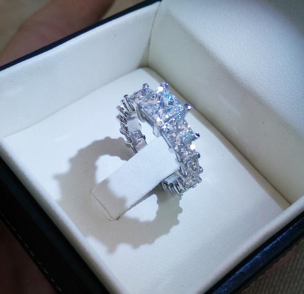 עיצובים של דיימונד ספינקס - טבעת יהלומים מרובעים