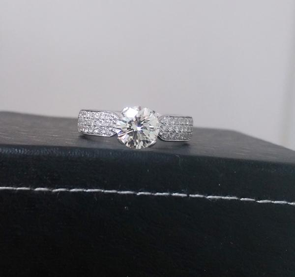 טבעת אירוסין יהלומי צד -עיצובים של דיימונד ספינקס
