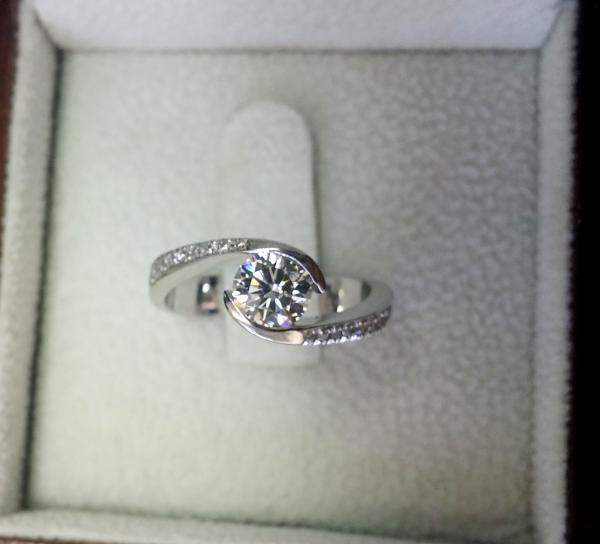 עיצובים של דיימונד ספינקס - טבעת אירוסין טוויסט