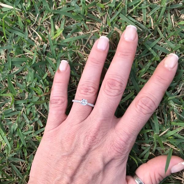 טבעת אירוסין קלאסית עם יהלומי צד