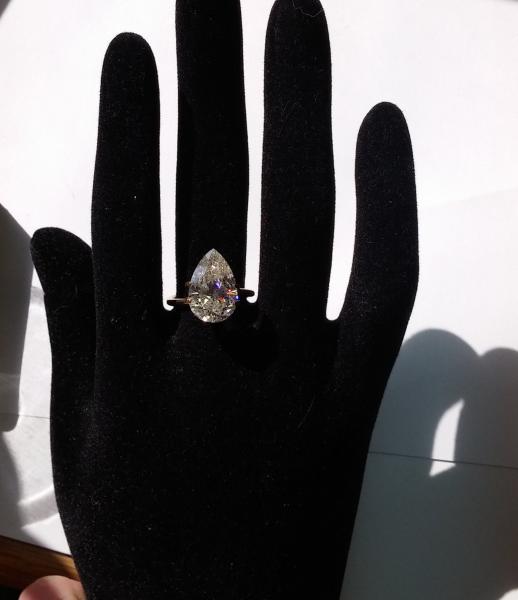טבעת משובצת יהלום טיפה במשקל 5.00 קארט