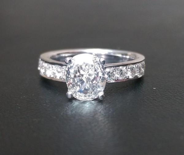 טבעת אירוסין עם יהלום אובל 1.00 קארט